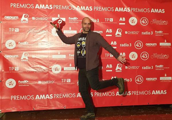 Kiko Martñinez (Mala Reputación) con su Premio AMAS